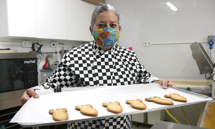 Elena Camprubí es la promotora de una empresa de galletas personalizadas.