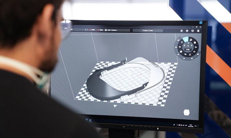 Una de las pantallas fabricada en el Ateneu de Fabricació de Barcelona Activa. Foto: ACN