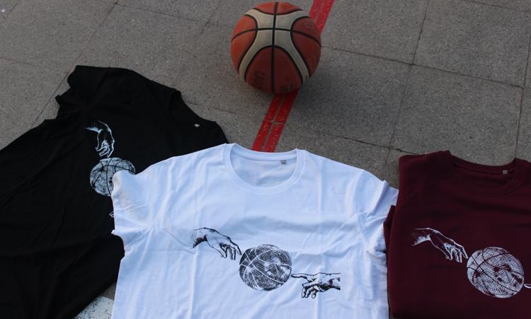 Una muestra de las camisetas Ball Line.