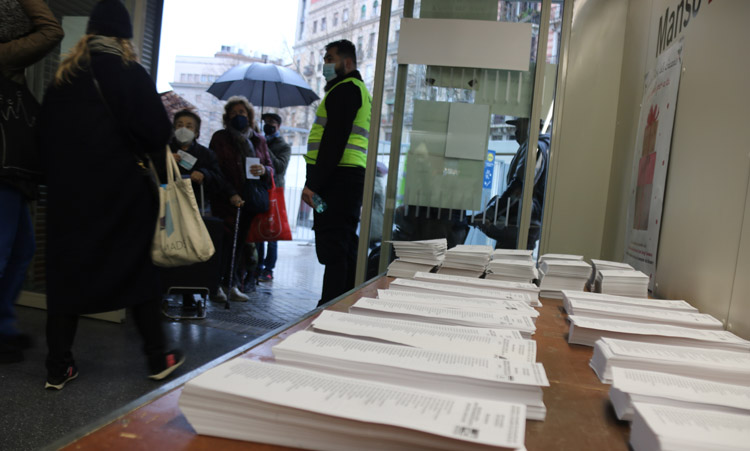 A pesar de la pandemia y la lluvia los catalanaes acudieron a votar el 14F.