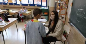 Una profesora utilizando una mascarilla higiénica transparente. Foto: Ajuntament de Gavà