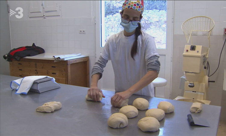 Montse Bohigas ha vuelto al pueblo para hacerse cargo de la panadería. Foto: TV3
