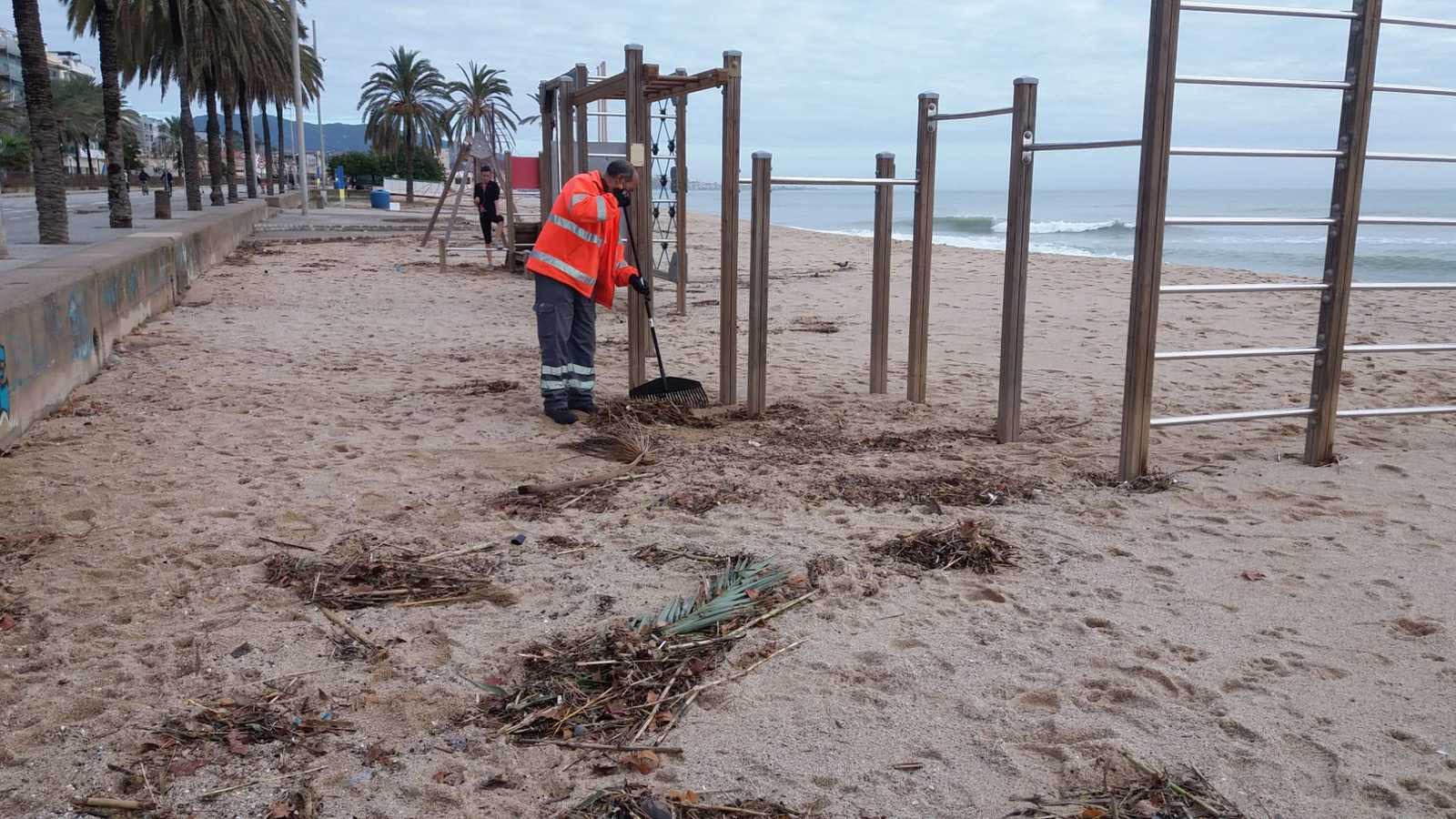 La limpieza manual de residuos es clave para mantener limpias las playas.