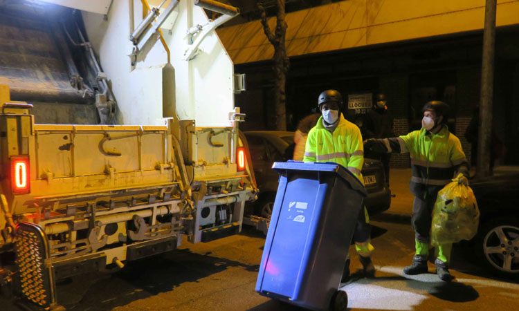 Operarios recogen residuos municipales. Foto: ACN