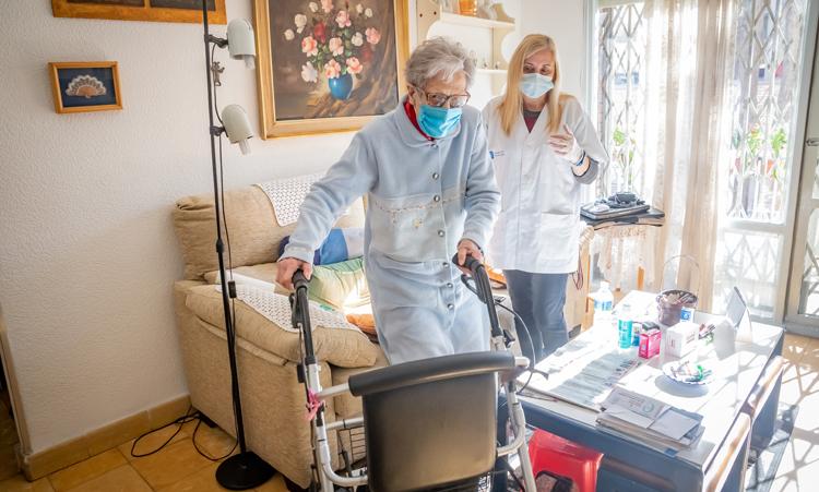 Las trabajadoras de del servicio de atención domiciliaria tendrán mejores condiciones. - Foto: Ajuntament El Prat.